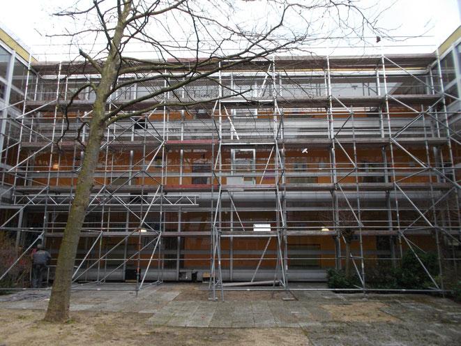 Gerüstausführung freistehend, Verankerung am Gebäude war aufgrund der Glasfassade nicht möglich.