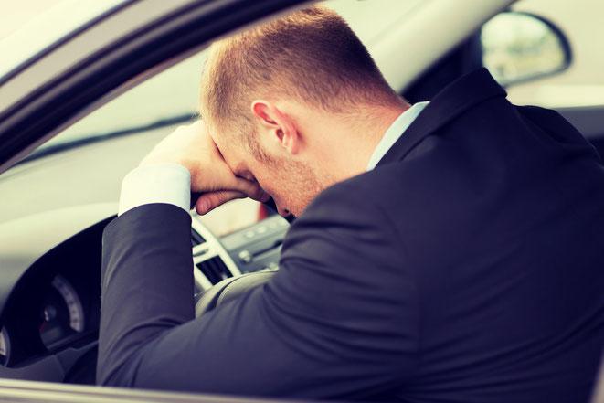 Mann schläft am Steuer | Wirtschaftsdetektiv Gera | Wirtschaftsdetektei Gera