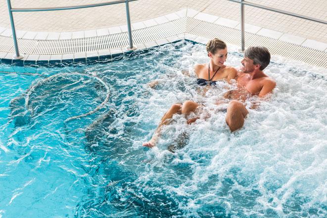 Paar im Pool | Detektei Naumburg | Detektiv Naumburg | Privatdetektiv