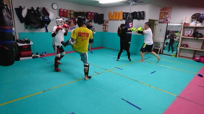 男女区別なくキックボクシングの指導をします。