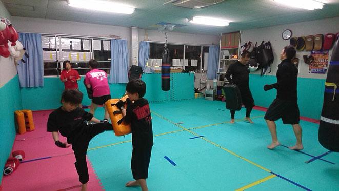 小学生も中学生も楽しくキックボクシングの練習が出来ます。