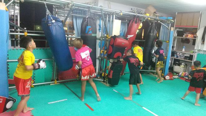 小学生では礼儀作法を教えています。キックボクシングの練習を通じて健全な育成。