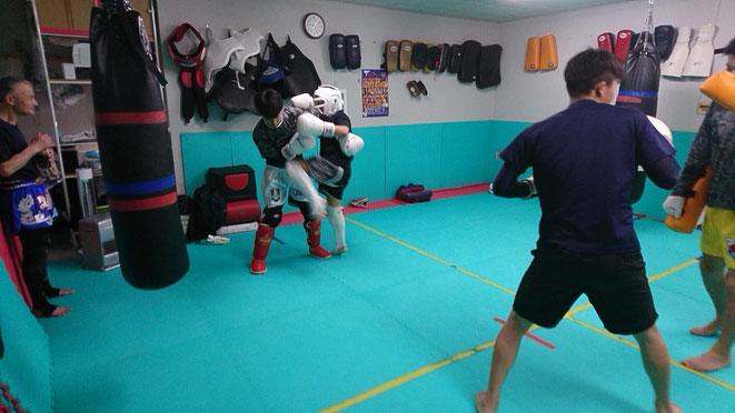 キックボクシング、ハイキックの練習。