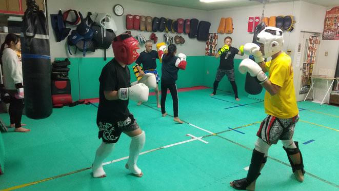 第6回大和キックボクシング大会に出場の高校生と中学生のキックボクサー。
