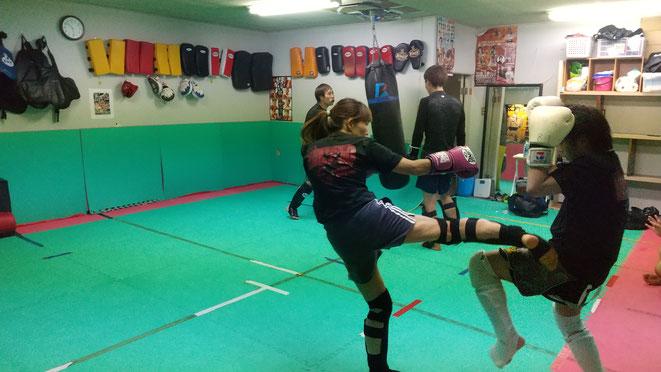 女性、中学生もキックボクシングを楽しんで練習しています。御所市からも7近いです。