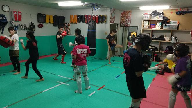 大和高田市のteamYAMATO大和高田本部のキックボクシング練習風景。