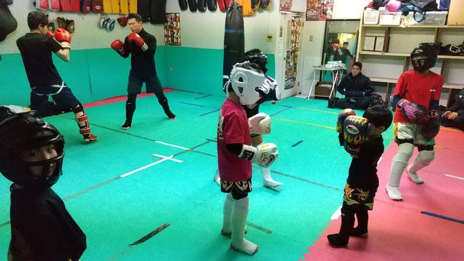 キックボクシングスパーリング(空手の組手)練習。実践的な格闘技の練習です。