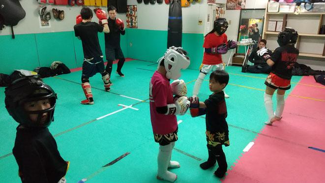 小学生からキックボクシングの練習が出来ます。teamYAMATOに体験練習来てください。
