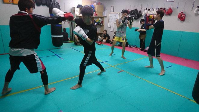 社会人は仕事を終えてキックボクシングの練習。健康に良いです。