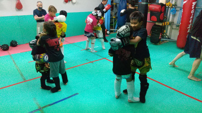 キックボクシングteamYAMATO大和高田本部では、試合に向けたキックボクシングの練習をしています。