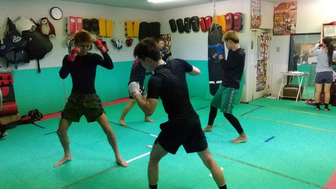 格闘技の基本は、打撃です。柔道、レスリング出身者もいます。