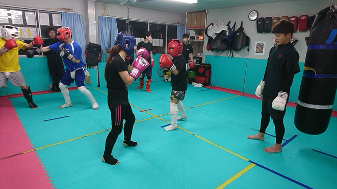 中学生、高校生、大学生、社会人、主婦も試合に向けてキックボクシングの練習してます。