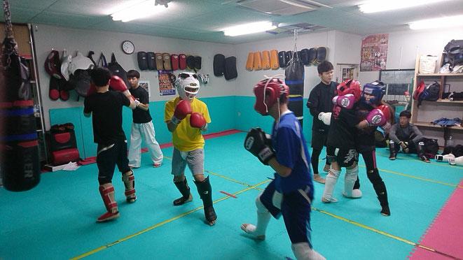 試合前のキックボクシング練習。大人の放課後。