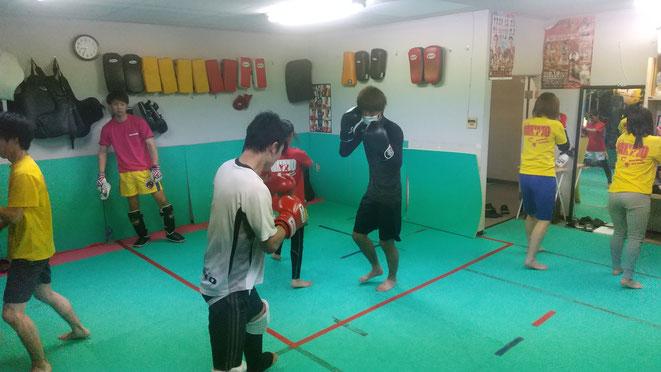 teamYAMATO大和高田本部では、キックボクシングの練習を通じて仲間意識が生まれます。