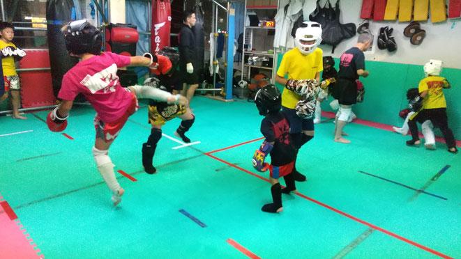 楽しくスパーリング。teamYAMATOでは、実戦格闘技の技を教えています。
