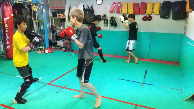 格闘技好きな方、健康と体重が気になる男性、女性、強くなりたい小学生、中学生。体験練習に来てください。