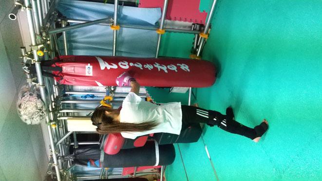 フィットネスにキックボクシングは最高です。赤のサンドバックは女性が似合う。