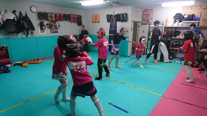 キックボクシングは小学校1年生から練習できます。グローブ空手teamYAMATO大和高田本部