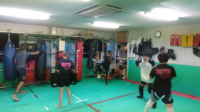 小学生、中学生、男性、女性、全ての人がキックボクシングを楽しんでいます。