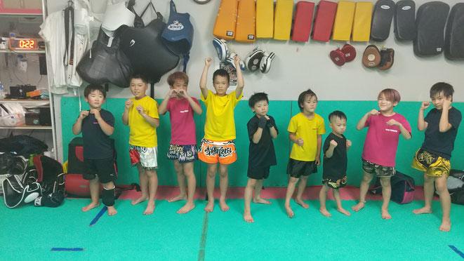 小学生のキックボクシングの選手。みんな頑張ってカラテの練習もしています。