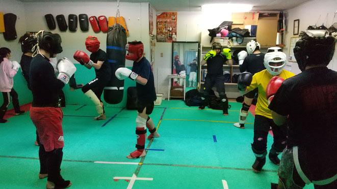 teamYAMATO大和高田本部のスパーリング練習。空手経験者多数。