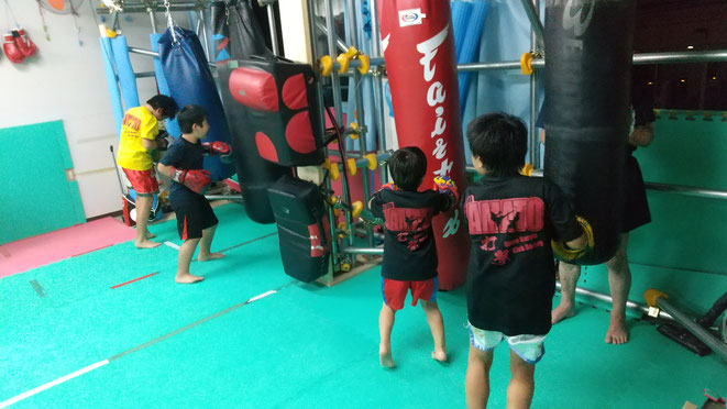 teamYAMATO大和高田本部では、サンドバック4本でキックボクシングの練習しています。