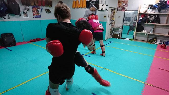 首相撲、膝蹴り、崩しの練習もしてます。ムエタイには必要です。