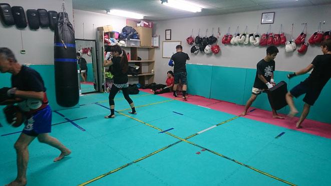 一般キックボクシングは、ローキック(空手の下段蹴り)と前蹴りの練習を重点的に。