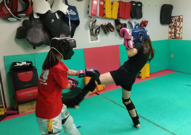 女性も頑張っています。キックボクシングのスパーリング。
