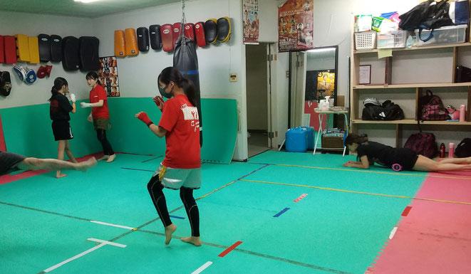 女子キックボクシングクラス。女性も安心してキックボクシングの練習が出来ます。