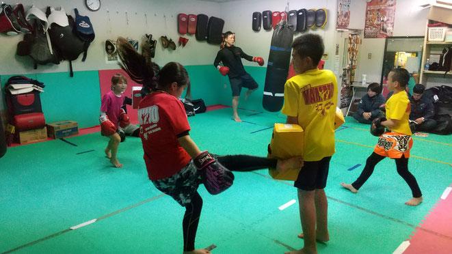 空手の技、拳法の技術、柔道の力強さをキックボクシングで生かす。