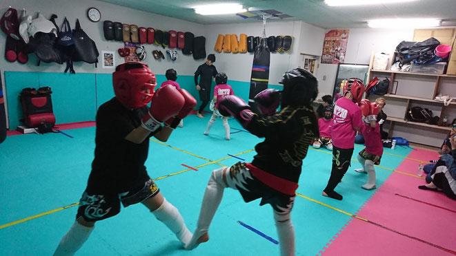 ジュニアキックボクシング。ジュニアグローブ空手。スパーリング。