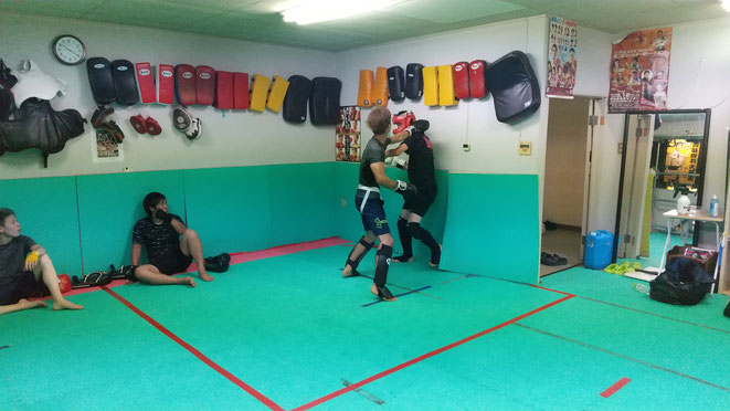 キックボクシングを楽しみましょう。ダイエット、健康維持にキックボクシングです。