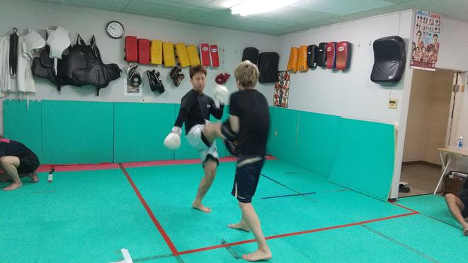 空手、格闘技、柔道、剣道、相撲、合気道、色々な人がキックボクシングを楽しんでます。