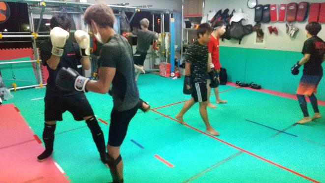 空手、少林寺拳法、日本拳法、柔道、レスリング、ボクシング、色々な経験者がいます。
