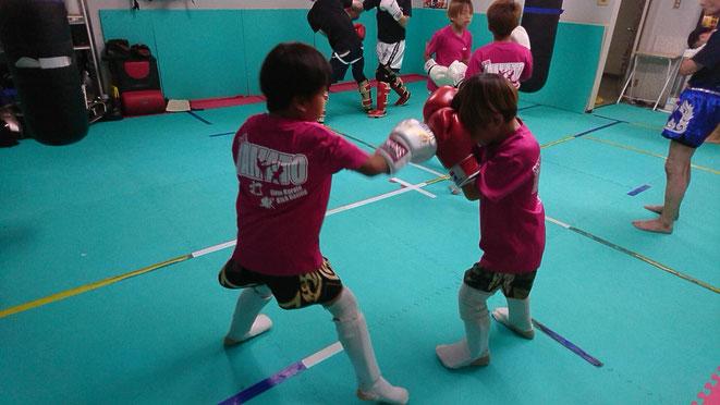 キックボクシングteamYAMATO大和高田本部ジュニア後半のディフェンス練習。