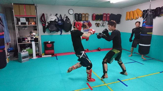 実践的な格闘技の練習をしています。空手、キックボクシング、ボクシングの経験者歓迎。