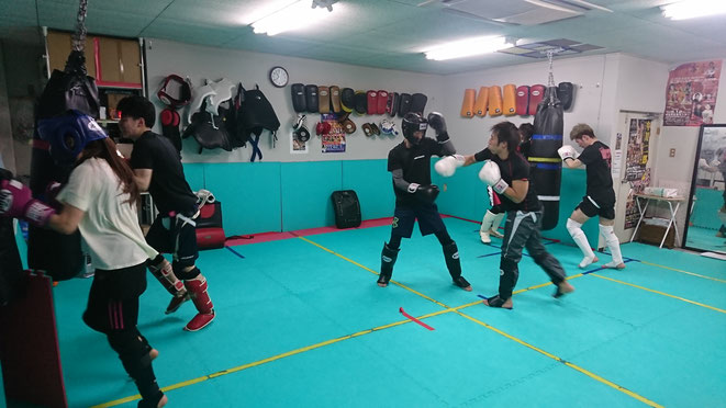 女性キックボクサー、女性でも安心して練習できます。