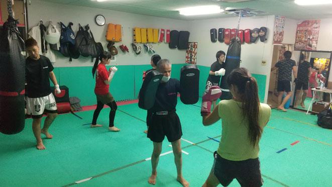 奈良県大和高田市のキックボクシングteamYAMATO大和高田本部でのグローブ空手の練習。