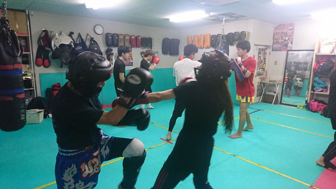 キックボクシングのスパーリング。女性のダイエットに抜群。