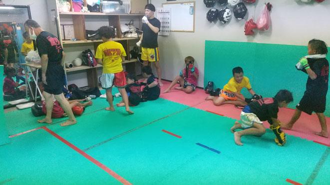 小学生が強くなるキックボクシング。体も精神もきたえます。