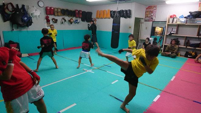キックボクシングteamYAMATO大和高田本部の小学生前半のキックボクシング練習。