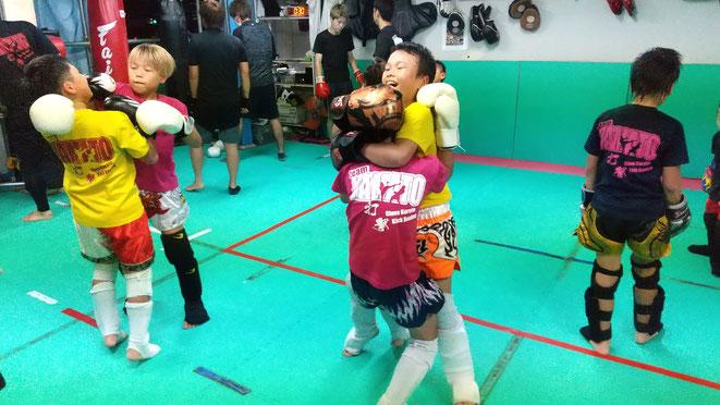 首相撲の練習はキックボクシングで重要です。試合に勝つために前向きに。