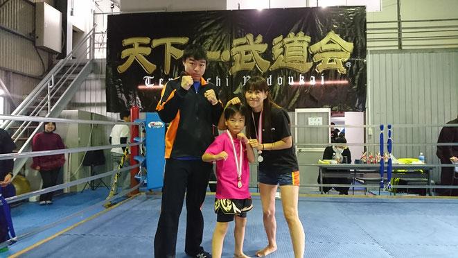 ジュニアも女性(主婦)もキックボクシングの試合を楽しんでます。