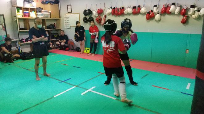 女子もキックボクシング頑張っています。女子中生とアラフォー。