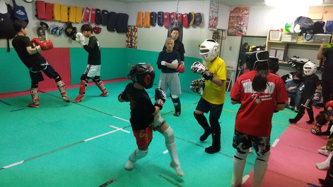teamYAMATO大和高田本部のキックボクシング練習。小学生の男女。