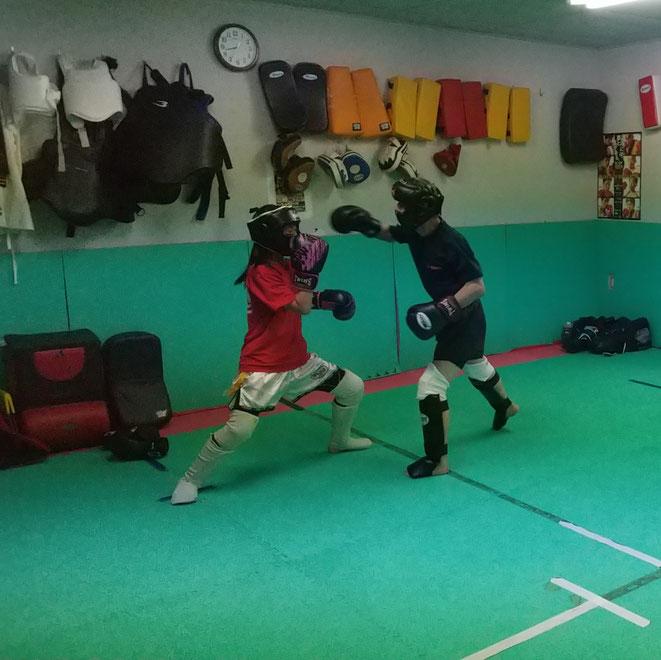 小学生、中学生、高校生、大学生、一般、全ての年代でキックボクシング楽しめます。