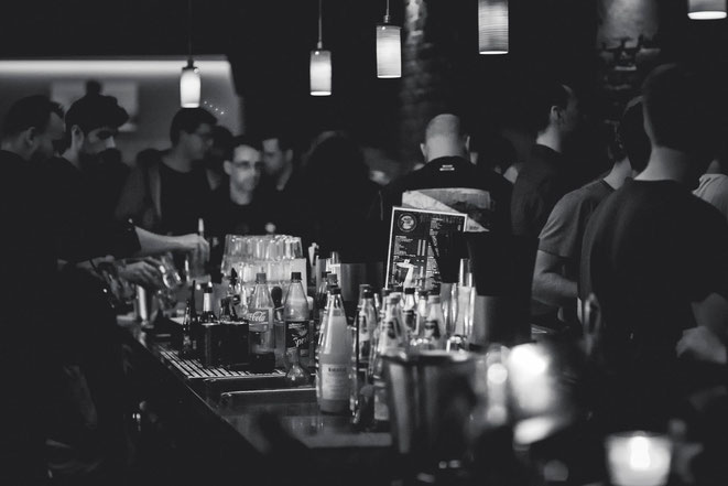 Tresen, Bar, Menschen, Getränkeflaschen Deckenleuchten