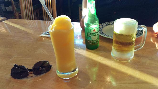 freaky finance, freaky travel, Kalifornien, LA, Downtown, trinken, essen, pause, Palm's Thai Restaurant, Getränke und eine Sonnenbrille auf einem Tisch, Cocktail, Bier