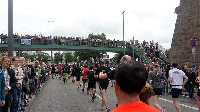 freaky finance, freaky routine, freaky running, laufen, Sport, Fitness, Halbmarathon, Hella Halbmarathon Hamburg, Landungsbrücken, Zuschauer, Läufer